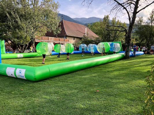 bubble foot dans un terrain gonflable pour team building sur annecy