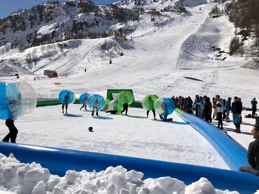 bubble foot sur neige en montagne pour olympiade sportive team building