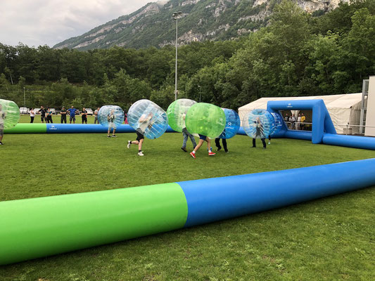 Bubble foot avec terrain de foot gonflable en Haute-Savoie