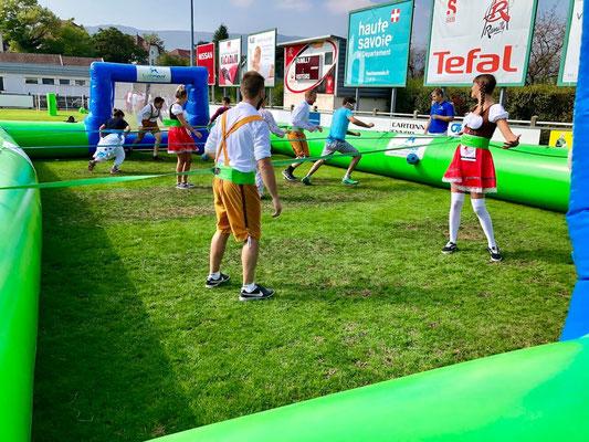 olympiades entreprise sport en groupe autour du baby foot humain gonflable
