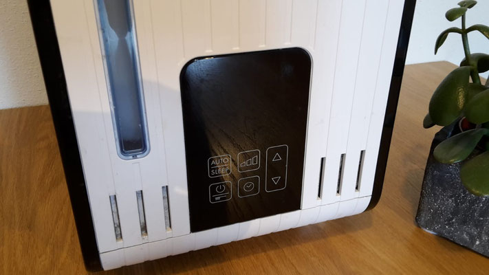 Hier kann man alles einstellen (Dampfstärke, Zeituhr etc.), dort wird auch die aktuelle Luftfeuchtigkeit angezeigt