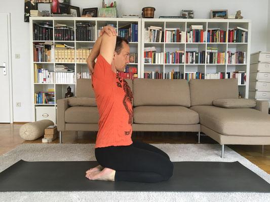 1// Vorbereitung für Gomukhasana :: YOGAJA Katja Bienzeisler