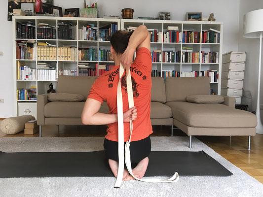 2// Gomukhasana :: Kuhgesicht // falls du die Hände nicht hinter dem Rücken greifen kannst, benutze den Gurt :: YOGAJA Katja Bienzeisler