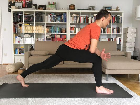 3// Krieger 1 Vorbereitung // vorderes Bein ist 90 Grad gebeugt, hinters Bein ganz durchgestreckt & aktiv. Wenn du sehr beweglich bist, kannst du Oberkörper und Arme gerade zur Decke hin ausrichten :: YOGAJA Katja Bienzeisler