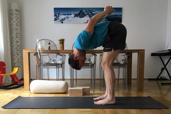 5// Vorbereitung: ... wenn möglich, beuge dich (gern mit gebeugten Knien) über die Oberschenkel nach vorne. Die Arme wollen sich vorsichtig strecken.