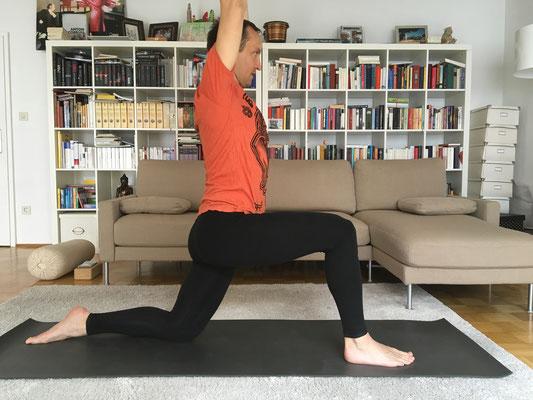 4// Krieger 1 Vorbereitung // beuge das hintere Knie zum Boden (oder auf Decke ablegen) und strecke den Oberkörper und Arme senkrecht zur Decke :: YOGAJA Katja Bienzeisler