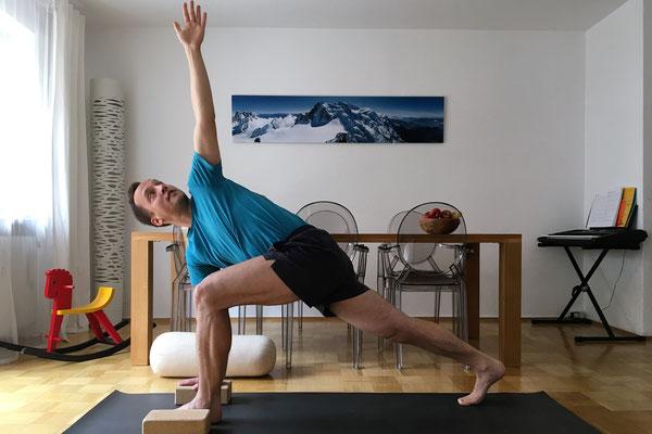 7// Vorbereitung: drehe den Oberkörper zur linken Seite und strecke den linken Arm senkrecht nach oben. Das hintere Bein bleibt ganz gestreckt. Wiederhole 8+9 auf der anderen Seite.