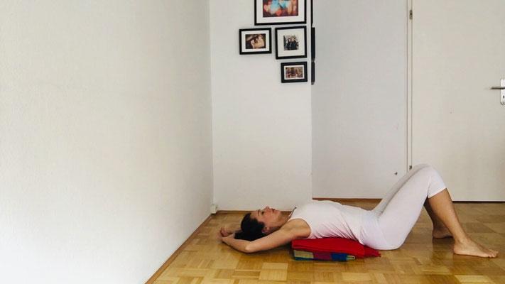 Nacken entspannen: Wenn du magst nimm gern die Arme über den Kopf nach hinten