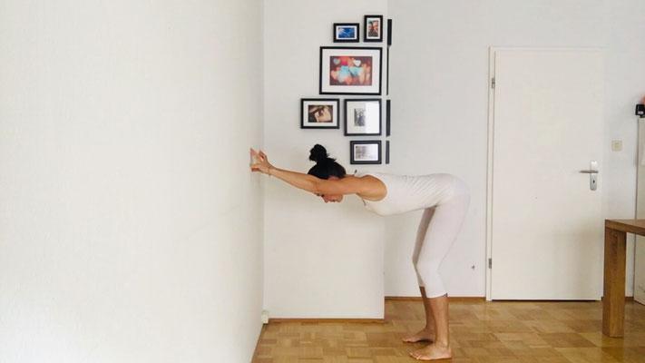 Yogaübung für einen entspannten Nacken, Step 2, zurückgehen bis etwa 90 grad Winkel erreicht ist