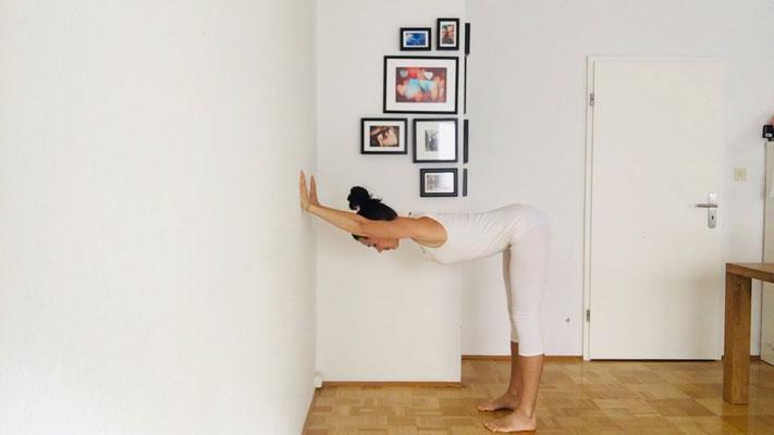 Yogaübung für einen entspannten Nacken, Step 3, Beine eventuell strecken