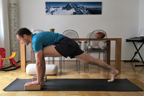 6// Vorbereitung: komme in einen tiefen Ausfallschritt. Linkes Bein vorn, rechtes nach hinten durchgestreckt. Stelle 2 Blöcke unter die Hände. Arme zeigen senkrecht zum Boden. Der Nacken bleibt lang. Hinterohren Richtung Decke.