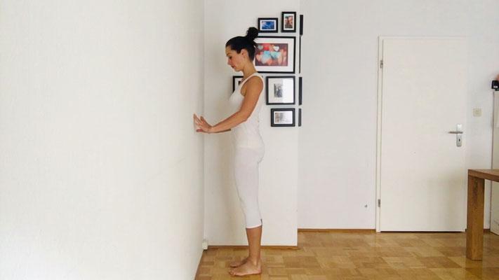 Yogaübung für einen entspannten Nacken, Step 1, Hände schulterweit an der Wand in Hüfthöhe absetzen
