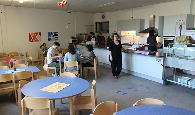 In unserer Mensa bekommen die Kinder nach der Schule ihr Mittagessen.