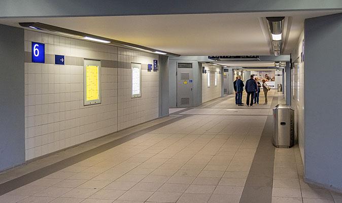 Die neugestaltete Bahnsteigunterführung zeigt sich den Fahrgästen hell und freundlich