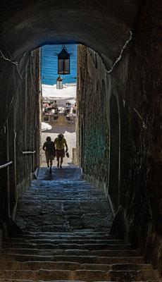 Schmaler Treppenabgang zum Hafen