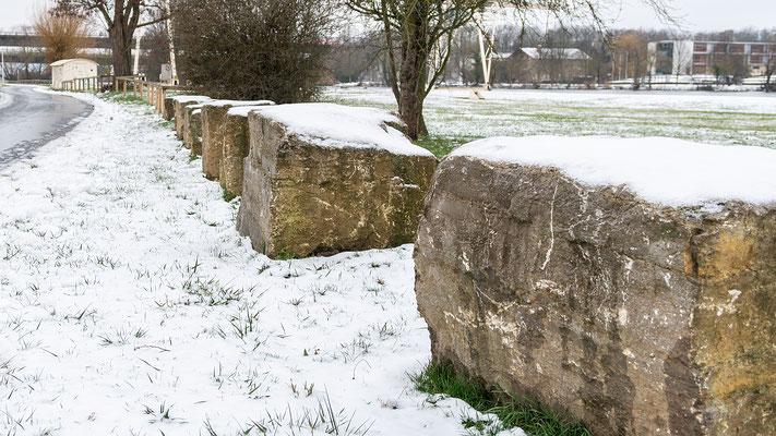 Steinquader mit Schneehauben