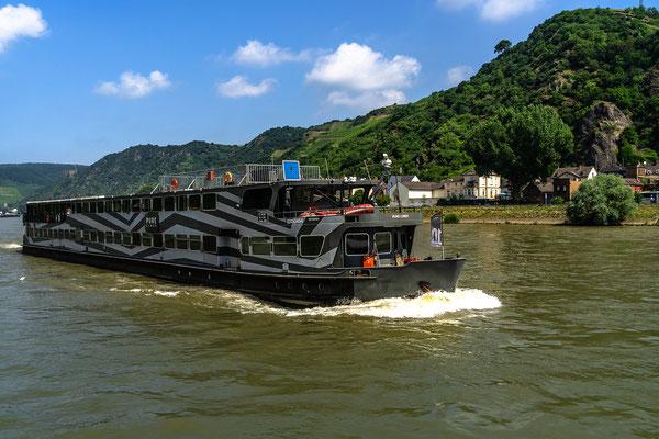 Flußschiff mit Tarnanstrich