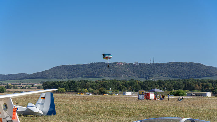 Der Fallschirmspringer aus dem Modellflugzeug kurz vor der Landung