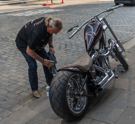 Hell Angel bei der Bikepflege