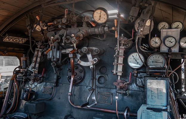 Im Führerstand der Dampflokomotive
