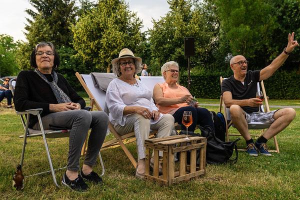 Eine gutgelaunte Karin Böhm inmitten von fröhlichen Besuchern