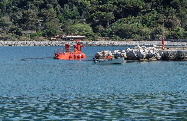 Das rote U-Boot auf dem Weg zur nächsten Tauchfahrt