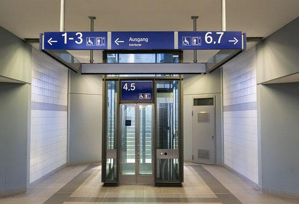 Alle Bahnsteige sind barrierefrei mit dem Aufzug erreichbar
