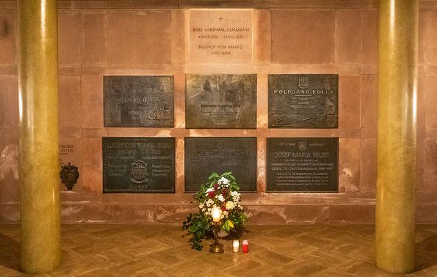 Die Grabplatten der hier bestatteten Kardinäle und Bischöfe