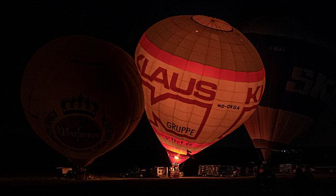 """Mit dem Strauß-Walzer """"an der schönen blauen Donau"""" wurde das Ballonglühen untermalt"""