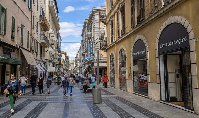 In den Straßen der Fußgängerzone reiht sich Geschäft an Gschäft