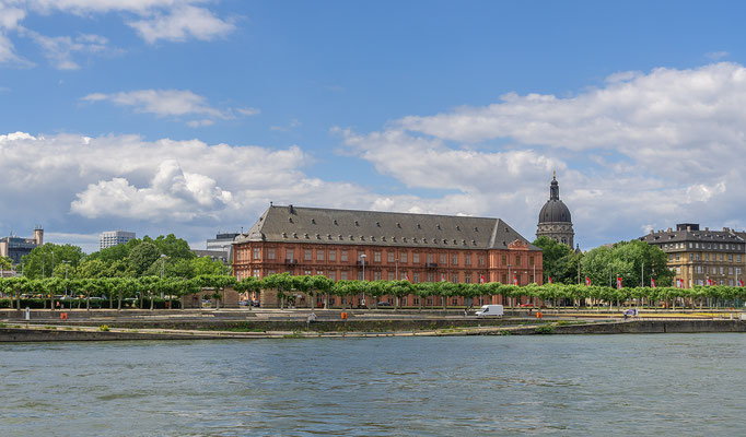 """Das Kurfürstliche Schloss zu Mainz, Als Gastgeber der Fernsehfastnachtssitzung """"Mainz bleibt Mainz, wie es singt und lacht"""" ist der Große Saal desbedeutendsten Profanbaus der Stadt über die Landesgrenzen hinaus bekannt."""
