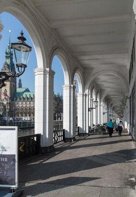 Die Alsterarkaden liegen zwischen Jungfernstieg und Rathausmarkt parallel zum Neuen Wall.