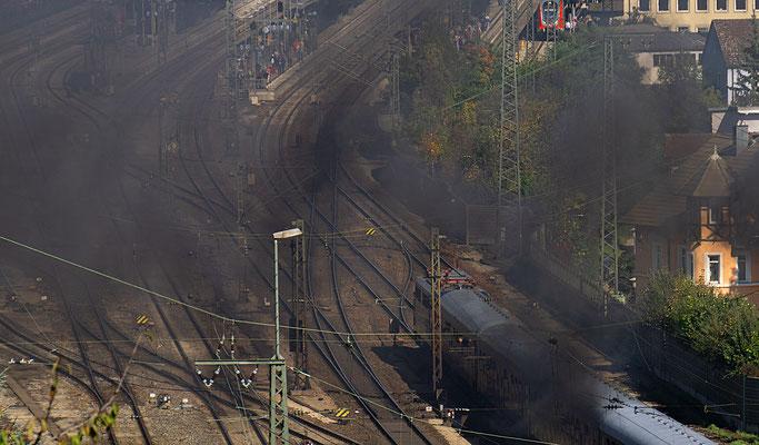 Das Bahngelände ist von einer Abgaswolke überzogen