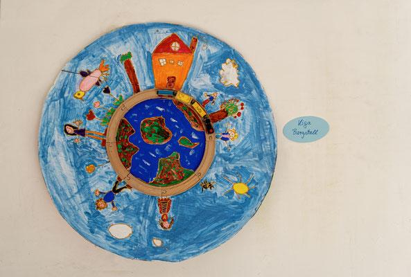 Die Kindergärten und die Grundschule beteiligten sich mit selbstgemalten Bildern und Collagen an der Jubiläumsfeier