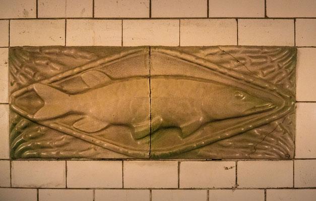 Keramikkunst an der Tunnelwand