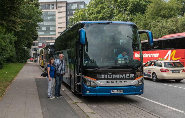 Der Hümmer-Bus, der Fahrer Sebastian und zwei liebe Fahrgäste