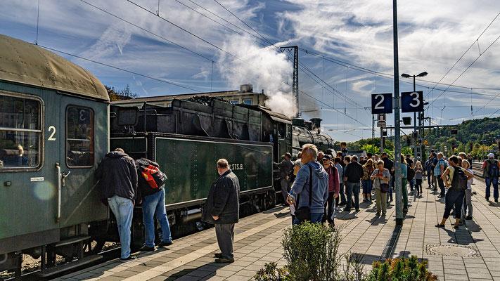 Besucher begutachten die Anhängekupplungen an Lok und Waggon