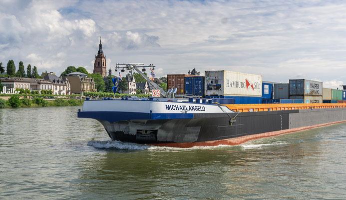 Das Containerschiff Michaelangelo fährt den Rhein hinab
