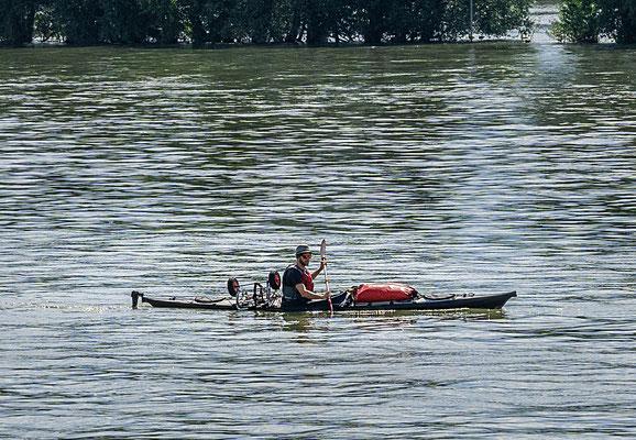 Ein einsamer Flußwanderer
