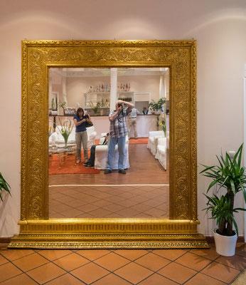 Spiegel im Foyer