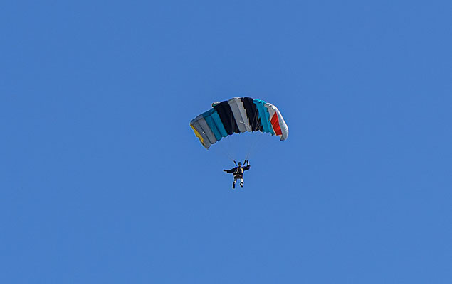 Der Fallschirmspringer aus dem Modellflugzeug