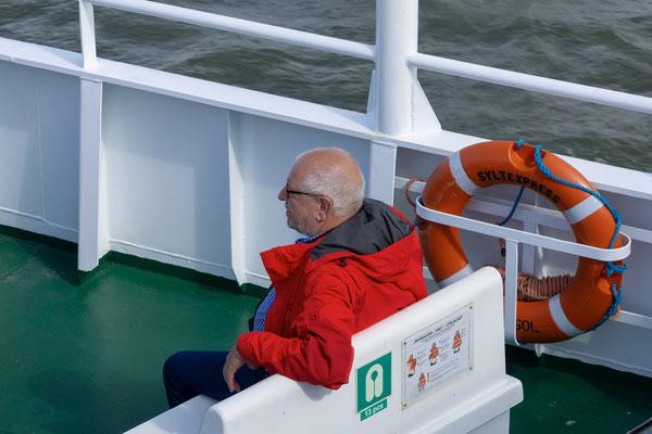 Für diesen Fahrgast kommt Sicherheit zuerst. Der Rettungsring ist in Reichweite.