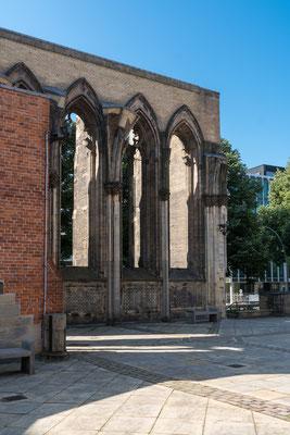 """Die Ruine der Hauptkirche St. Nikolai am Hamburger Hopfenmarkt ist als Mahnmal St. Nikolai """"den Opfern von Krieg und Gewaltherrschaft zwischen 1933 und 1945"""" gewidmet"""