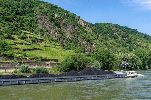 Der Rhein, die Straße, die Bahnlinie, die Felsen und die Steillagen auf denen heute noch Weinbau betrieben wird
