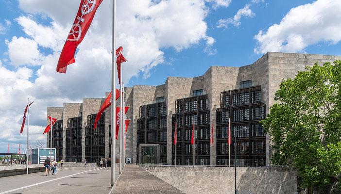 """Das Rathaus der Stadt Mainz, eine grandiose """"Fehlplanung der Architekten"""". Wirkt von außen wie eine Gefängnisfassade und durch den dunklen Gittervorhang fällt zu wenig Licht in die Büroräume."""