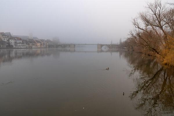 Im Hintergrund die Alte Mainbrücke
