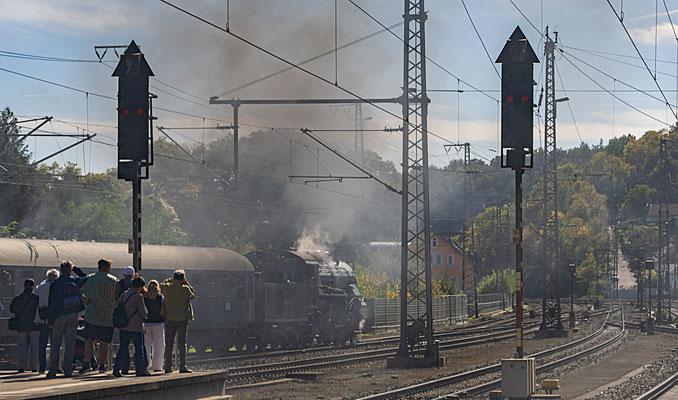 Die Ausfahrt des Zuges wird von vielen Fotografen beobachtet