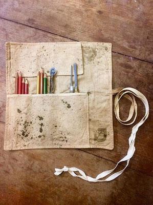 Estuche rollo de textiles reutilizados y teñidos con tintes de cáscara de cebolla. Cortesía: JARDÍN estampas