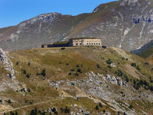 Das ehemals italiensche Fort Central thront über dem Tal