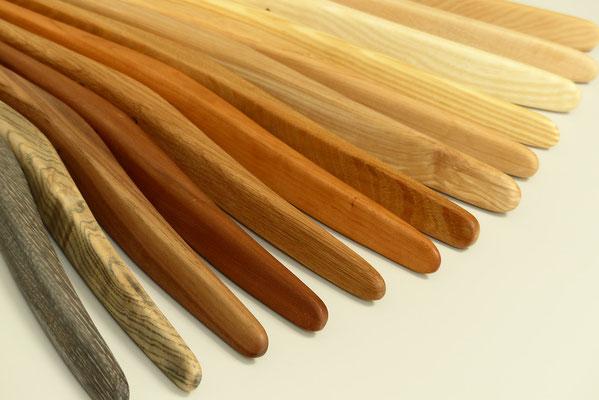 Kleiderbügel aus versch. Holzarten